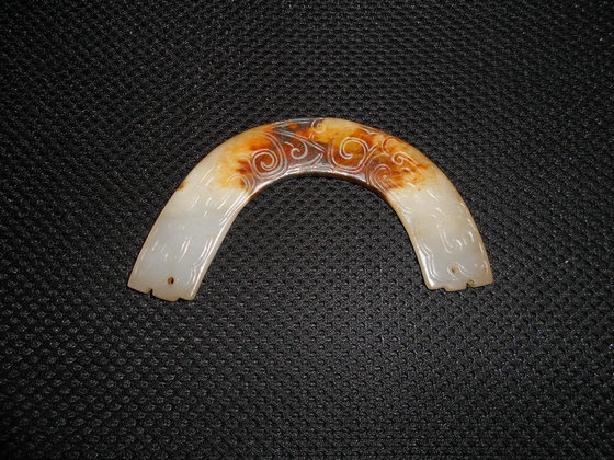 西周白玉红沁玉璜―谢氏高古玉藏品(33)